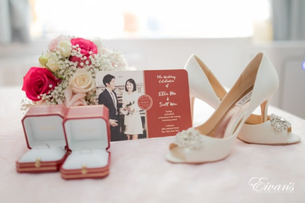 This little arrangement of beautiful pieces shows the little added pieces to the looks of the bride and groom.