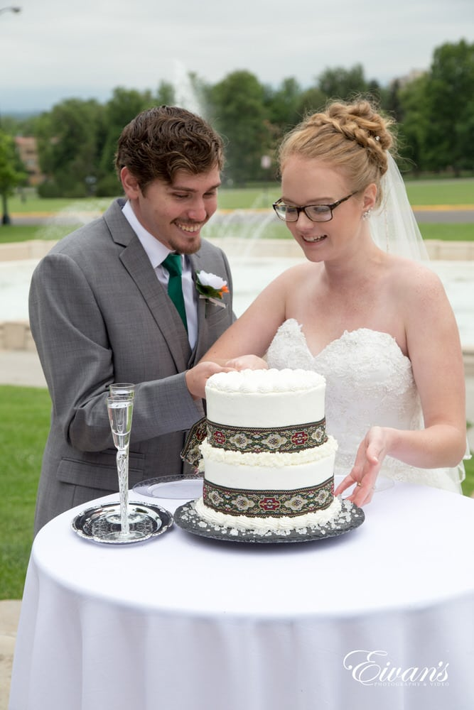 The bride and groom cut their traditional yet very unique cake that completely describes their wedding.