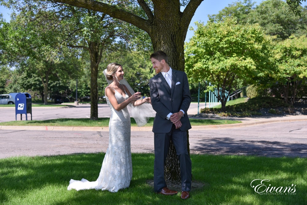 The bride surprises her groom in her romantic look for the first time on this special day.