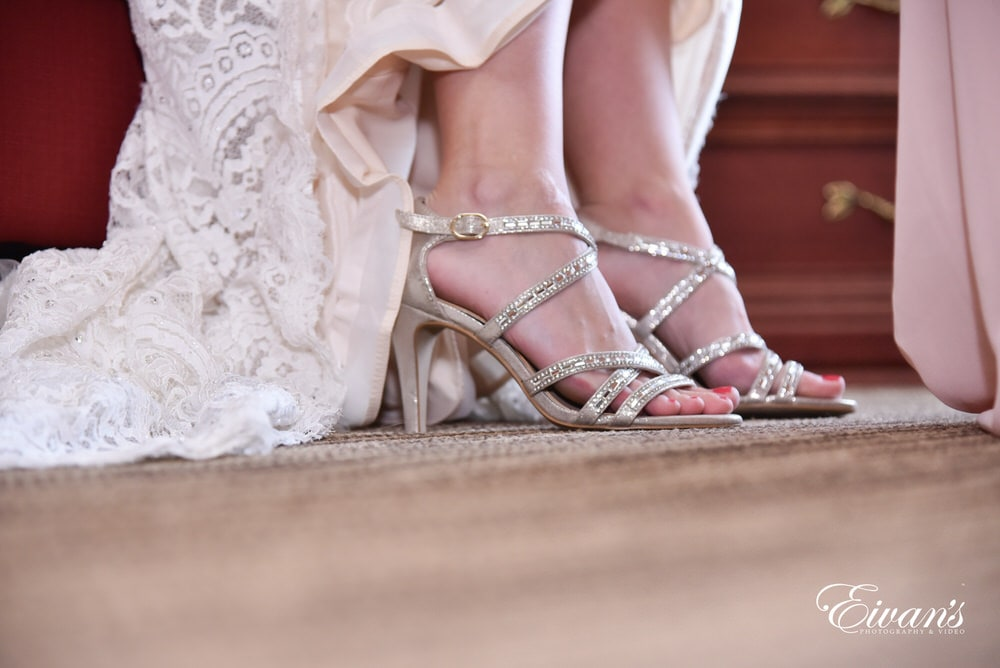 The bride's sparkling shoes look absolutely ravishing on her and completes her gorgeous look.