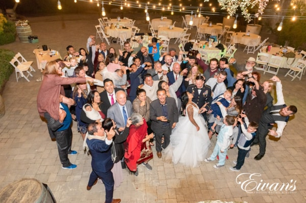 fun-wedding-ideas-silly-poses-with-the-sqaud