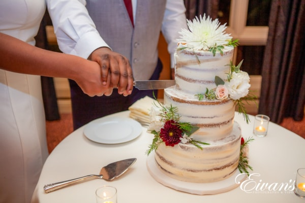 fun-wedding-ideas-slice-the-wedding-cake