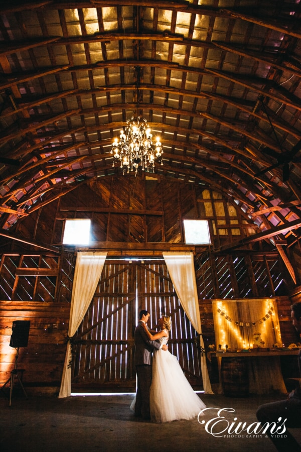 outdoor-wedding-photo-ideas-in-a-barn