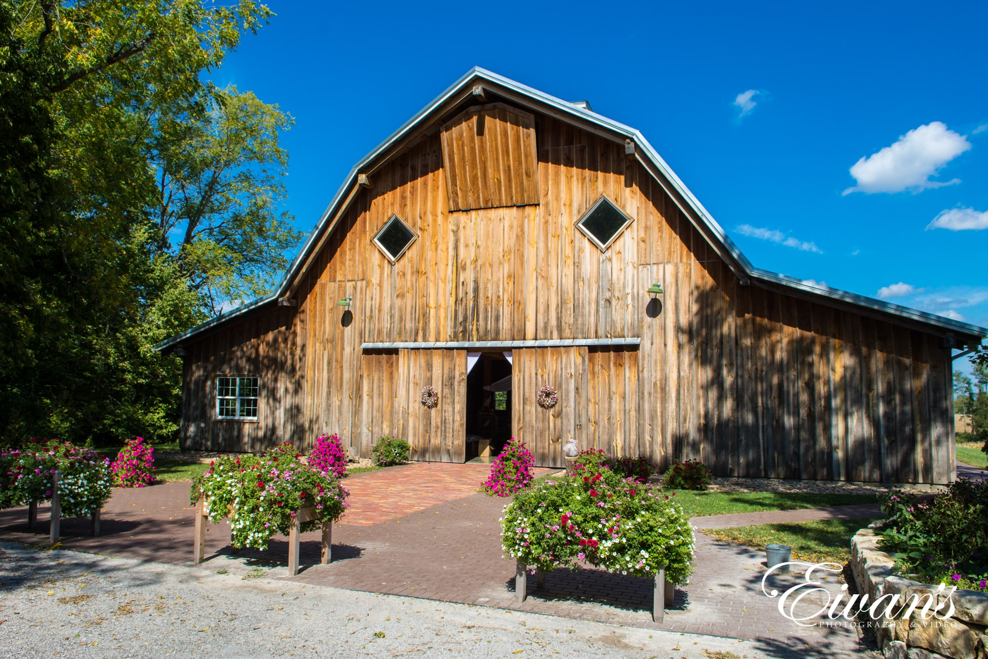 15 Perfect Ideas For Barn Wedding Photos